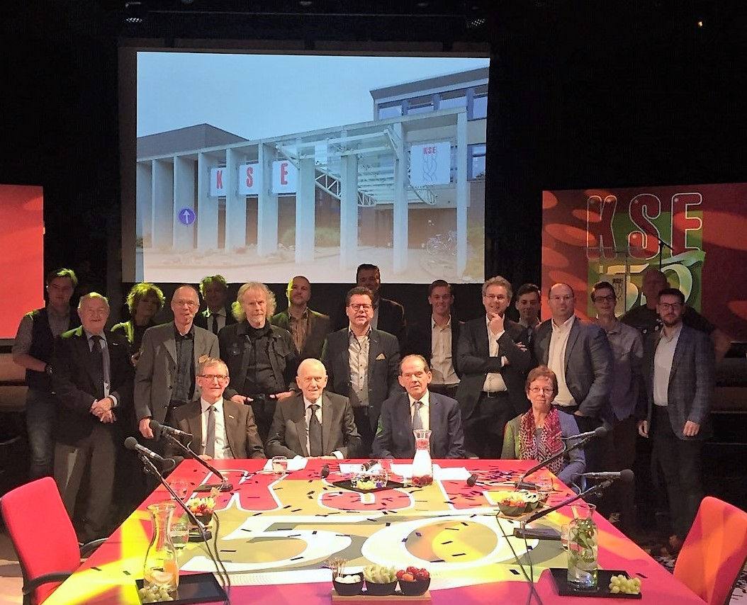 De deelnemers aan de tafelgesprekken met de gespreksleiders en organisatoren