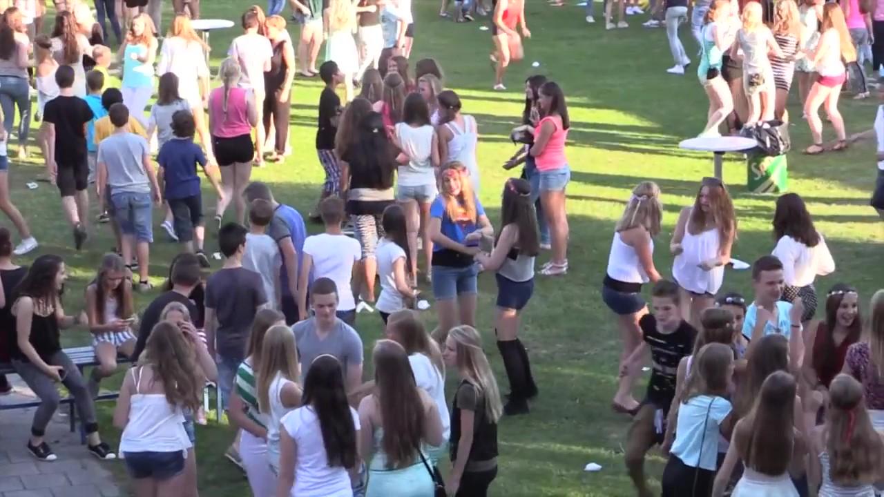 Feestende leerlingen op het sportveld