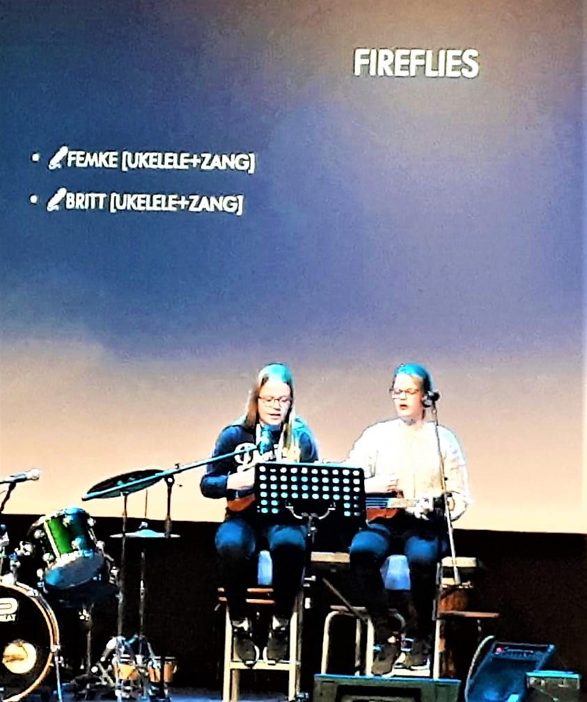 Femke en Britt zingen 'Fireflies'