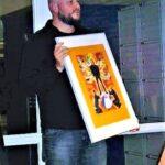 2012 Michiel bij het aanbieden van de prent