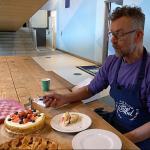 Siemon keurt de taart van de dames