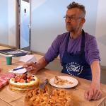 Siemon laat Stephans gebak op zich inwerken