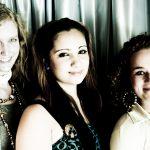 De drie leerlingen-presentatoren met rechts Milène