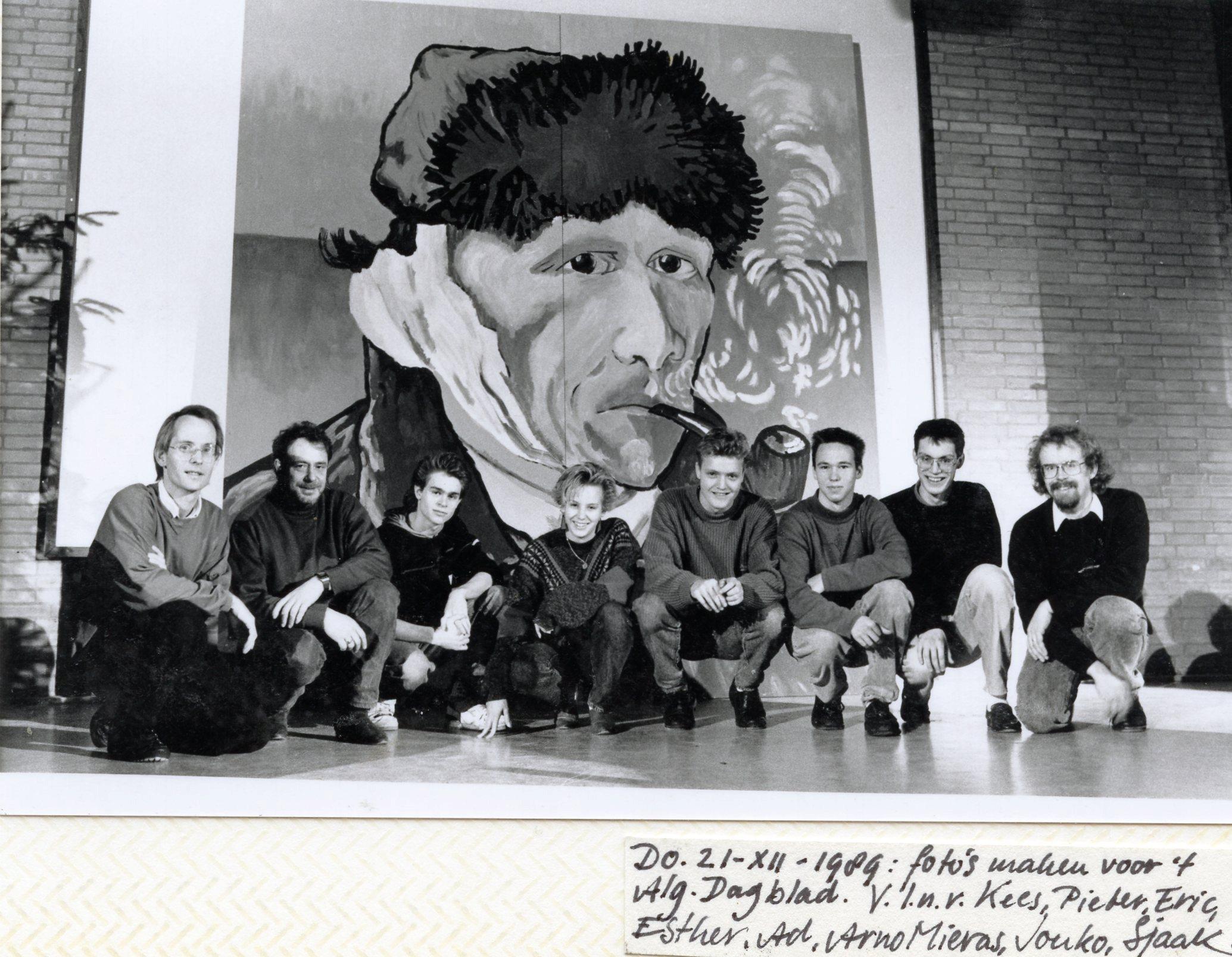 21-12-1989: de eerste billboard voltooid met de makers erbij.
